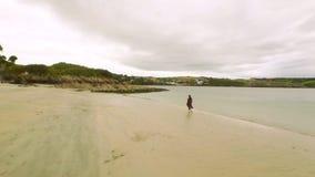 Nätt flicka som går på sanden lager videofilmer