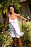 Nätt flicka som har gyckel i trädgården på sommaren royaltyfri foto