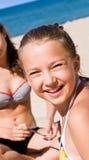 Nätt flicka som har gyckel på stranden Royaltyfri Fotografi