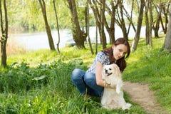 Nätt flicka som poserar hennes gulliga lilla hund Arkivbilder