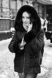 Nätt flicka som poserar i gatan under vintersäsong Arkivfoton