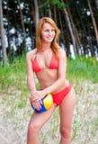 Nätt flicka som poserar med bollen Arkivfoton
