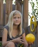 Nätt flicka som rymmer en boll Royaltyfri Foto