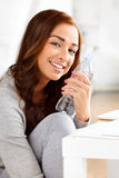 Nätt flicka som rymmer en flaska av vatten Royaltyfri Fotografi