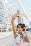 Nätt flicka som tar en selfie Fotografering för Bildbyråer