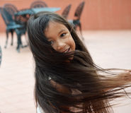 Nätt flicka som twirling Arkivbild