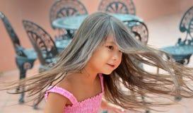 Nätt flicka som twirling Arkivfoto