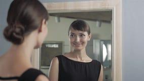 Nätt flickadanandemakeup i badrumblick på spegeln Kvinnan tar omsorg om blick se in i en spegel ursnygg kvinna lager videofilmer
