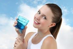 Nätt flickadricksvatten från exponeringsglas Royaltyfri Foto