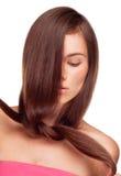 Nätt flickaholding henne hår i en knutpunkt Royaltyfria Foton