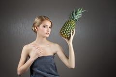 Nätt flickakvinnamodell med frukter Royaltyfri Foto