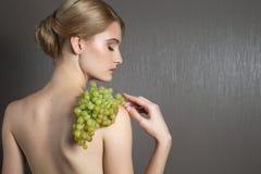Nätt flickakvinnamodell med frukter Arkivbild