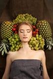 Nätt flickakvinnamodell med frukter Royaltyfria Bilder