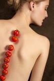 Nätt flickakvinnamodell med frukter Arkivfoto