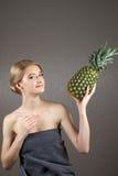 Nätt flickakvinnamodell med frukter Royaltyfri Bild