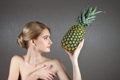 Nätt flickakvinnamodell med frukter Royaltyfria Foton