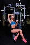 Nätt flickasammanträde i en idrottshall Arkivfoton