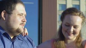 Nätt fyllig kvinna som behandlar franska småfiskar för pojkvän, snabbmat, fett pardatum stock video