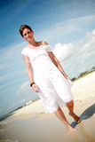 nätt gå kvinna för strand arkivfoton