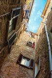 Nätt gata i den forntida staden av Tuscany Royaltyfri Fotografi