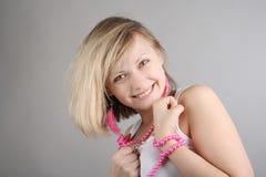 nätt glamourous glad stående för flicka Royaltyfria Foton