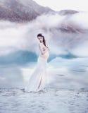 Nätt gravid nymf på sjöstranden Royaltyfri Bild