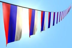 Nätt hänger många Ryssland flaggor eller baner diagonalt på rad på bakgrund för blå himmel med bokeh - någon illustration för fer royaltyfri illustrationer