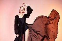 Nätt härlig sexig modell för mode för kropp för solbränna för eleganskvinnahud royaltyfri bild
