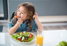 Nätt högg av grönsaker för liten unge avsmakning arkivbild