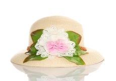Nätt hatt med blomman på vit bakgrund Royaltyfria Foton
