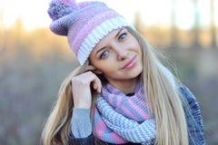 Nätt hatt och halsduk för ung kvinna bärande close upp royaltyfri foto
