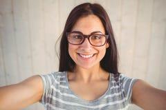 Nätt hipster som tar en selfie fotografering för bildbyråer