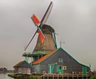 Nätt holländsk väderkvarn Arkivfoto