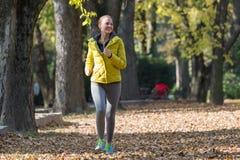 Nätt jogga för ung flicka royaltyfria bilder