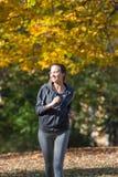 Nätt jogga för ung flicka royaltyfri bild
