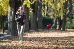 Nätt jogga för ung flicka royaltyfri fotografi