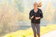 Nätt jogga för ung flicka royaltyfri foto