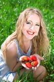 nätt jordgubbekvinna Fotografering för Bildbyråer