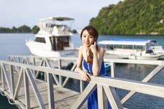 Nätt kinesisk flicka med den blåa högtidsdräkten Royaltyfri Fotografi