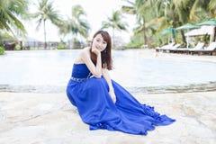 Nätt kinesisk flicka med den blåa högtidsdräkten Arkivfoto