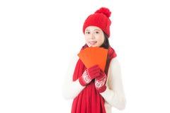 Nätt kinesisk ung kvinna som rymmer röda lyckliga pengar Royaltyfria Bilder