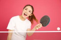 Nätt kinesiskt spela för flicka knackar pong arkivfoto