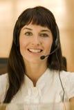 nätt kvinna för affärshörlurar med mikrofon Royaltyfria Bilder