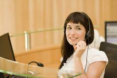 nätt kvinna för affärshörlurar med mikrofon Royaltyfri Fotografi