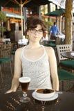 nätt kvinna för cafe Arkivfoton