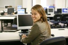 nätt kvinna för datorlaboratorium arkivbild