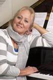 nätt kvinna för lutande piano Royaltyfri Fotografi