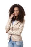 Nätt kvinna, i att le för omslag och för jeans Royaltyfri Bild