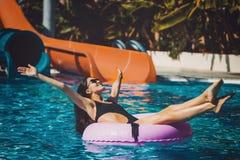 Nätt kvinna i bikini i simbassängen Royaltyfri Bild
