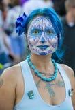 Nätt kvinna i Dia De Los Muertos Makeup Arkivbilder